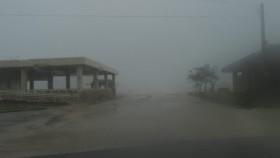 東桟橋の様子です。 強風で巻き上がる海水と雨で 先が全く見えません。